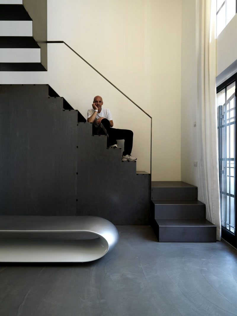 An Elegant Touch With Black Stairs In Modern Homes (4)